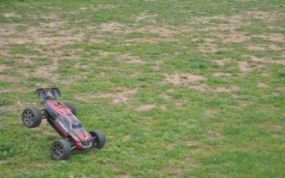 Revo çimleri biçiyor